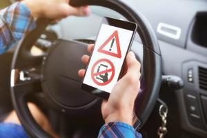 Codul Rutier 2020: Permisul auto, suspendat 30 de zile daca vorbesti la telefon cand conduci