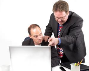 10 moduri prin care iti poti scoate din sarite colegii de serviciu