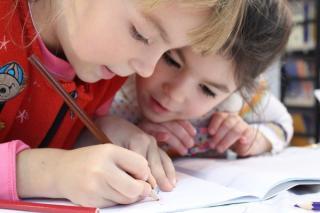 Fara investitii in capitalul uman, copiii din Romania se confrunta cu riscuri privind dezvoltarea potentialului de productivitate