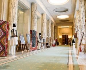 Expozitie cu obiecte populare de patrimoniu la Palatul Victoria