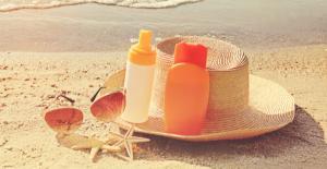 Aplicarea lotiunilor de protectie solara - Una recomanda dermatologii, alta fac romanii