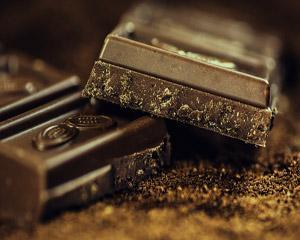 Cum ne poate face o bucatica de ciocolata neagra sa ne simtim mai bine?