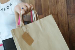 Peste jumatate dintre consumatorii din UE iau in calcul impactul cumparaturilor lor asupra mediului