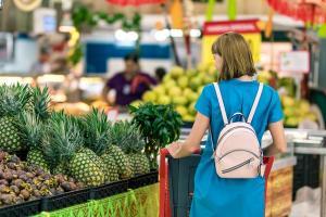 In 2019, romanii au mers la cumparaturi mai rar, dar au platit, in medie, cu 2 lei mai mult la o vizita in magazin