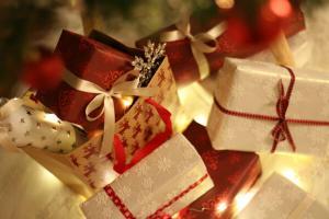 Peste 80% dintre romani cumpara cadourile de Craciun din magazinele fizice, in ciuda aglomeratiei