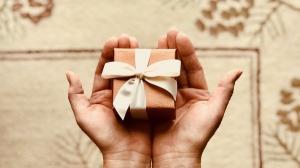 Aproape 25% dintre romani vor bani de ziua lor pentru a-si alege singuri cadoul