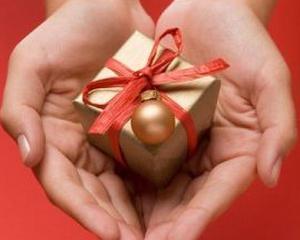 Cati romani fac cadouri celor dragi de Craciun