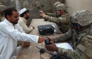 Situatie critica in Orient: Talibanii ar fi confiscat date biometrice colectate de armata SUA