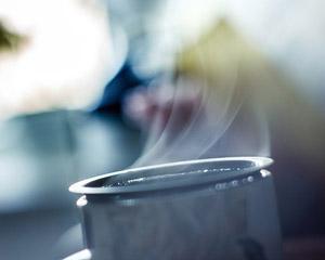 De ce trebuie sa bem cafea fierbinte in toiul verii?