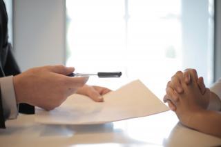 De ce sunt fortati angajatii sa isi semneze demisiile in alb?