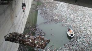 Hidroelectrica se lupta cu tonele de deseuri de pe Bistrita