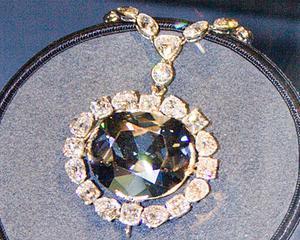Ce mai cumpara bogatii in criza: Vanzarile de diamante roz au atins niveluri record