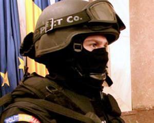 Perchezitii la producatori de steroizi: Politistii au gasit 350.000 de euro, cinci arme de foc si peste 150.000 de tablete