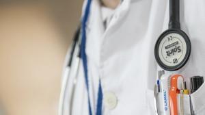 Autoritatile din Sanatate au mai descoperit un medic fals