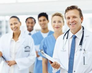 Aproape 2.600 de doctori romani salveaza vieti in strainatate din 2013