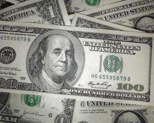Dolarul american mai are putin pana la paritatea cu euro