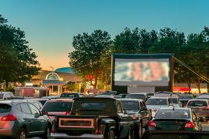 Pandemia aduce in Romania moda cinematografelor drive-in. ANCOM licentiaza transmisiile pentru evenimente de tip drive-in
