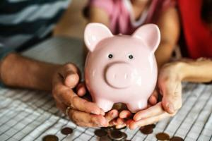 Cum le explicam copiilor ca banii nu cresc in copaci