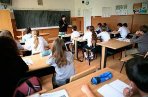 Joaca de-a educatia. Anul scolar incepe cu ministri demisi, fonduri taiate si la mica intelegere cu patronatele din turism