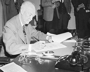 7 aprilie 1954: presedintele Eisenhower lanseaza faimoasa teorie a