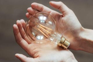 Pretul energiei electrice ne curenteaza buzunarele: scumpire de aproape 25% intr-un an