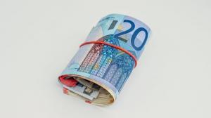 Euro face un prim pas inapoi: 4,7648 lei