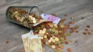 11 maxime pentru euro. Cursul ajunge la 4,7648 lei. MFP cere BNR