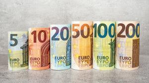 Noile bancnote de 100 si 200 de euro intra-n portofele si in bancomate