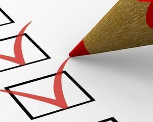 Cine poate indeplini rolul de evaluator, in cazul managerului si administratorului public?