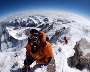 Varful Everest, propaganda politica si ecologia