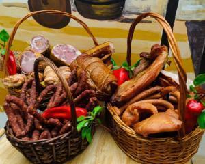Festinul romanesc din decembrie: 7,3 milioane de cozonaci, 1,5 milioane de porci si 160 de milioane de oua