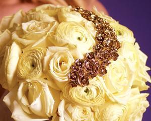 Cati bani dau romanii pe florile pentru nunta si botez