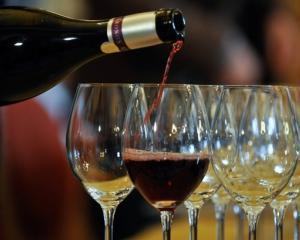Francezii au vandut vinul din pivnitele Palatului Elysee, pentu a reface resedinta prezidentiala