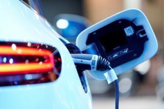 Franta se opune deciziei UE de a elimina motoarele pe combustie interna, din 2035