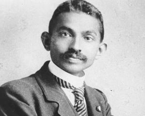 Papucii lui Gandhi, produsi pentru a construi un orfelinat in Asia
