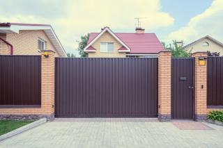 Cum asiguri intimitatea si siguranta din curtea casei