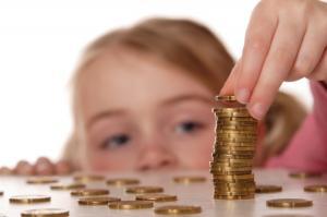 Guvernul a deschis automat conturi de economii pe numele fiecarui copil roman. Expertii sunt nemultumiti