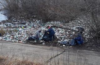 Angajatii Hidroelectrica au strans 160 de saci de deseuri din plastic si material lemnos din lacul Subcetate