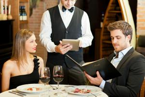 Bacsisul pe care romanii il lasa in baruri si restaurante va fi trecut pe nota de plata
