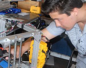 Un elev a construit o imprimanta 3D pentru liceul sau