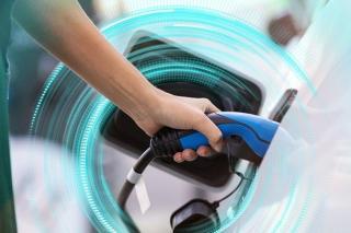 Cand carburantii intalnesc kilowatii: prize pentru masinile electrice in benzinariile OMV si Petrom