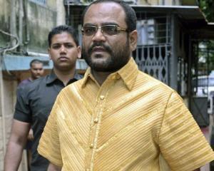 Un antreprenor indian poarta o camasa din aur masiv, care cantareste patru kilograme