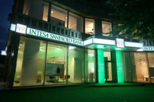 Intesa isi anunta reintrarea pe piata de retail bancar
