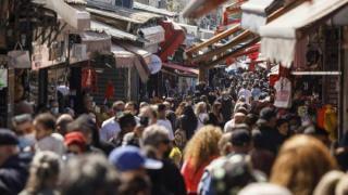 Succesul campaniei de vaccinare: Israelul elimina obligativitatea portului mastii de protectie in spatiile exterioare