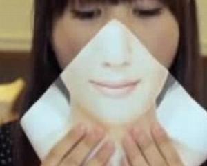 Inventie: Japonezele isi pun o masca pe fata, atunci cand mananca (de exemplu) hamburgeri