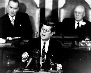 25 mai 1961: JFK cere Congresului SUA sprijinul pentru programul spatial american