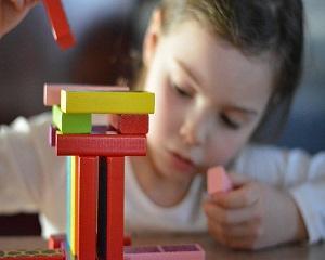 4 tipuri de jocuri educative care stimuleaza creativitatea copiilor