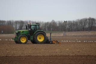 Trecand de la plugul cu boi, la tractoare monitorizate prin GPS, afacerile din agricultura romanesca pot creste la 20 miliarde de euro