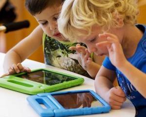 Consecintele dependentei de gadget-uri: Copiii nu mai stiu sa scrie cu stiloul sau sa foloseasca jocurile LEGO