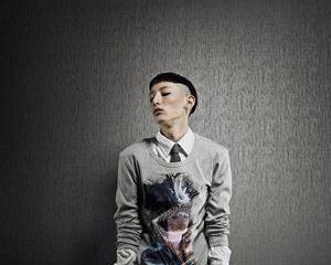 Un designer de moda realizeaza huse pentru tabletele Samsung